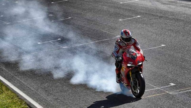 Troy Bayliss  burn-out con la gomma anteriore